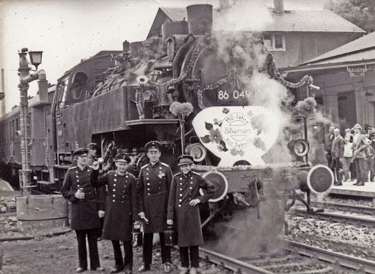 Das Sebnitzer Bahnpersonal vor der 86 049 (1984).