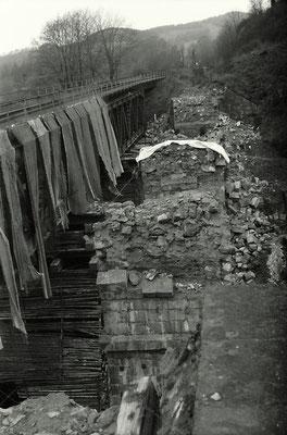 Nur sehr wenige Bilder gibt es vom Umbau des Amtshainersdorfer Viaduktes. Fotograf Lutz Morgenstern war damals mit seiner Kamera vor Ort.Rechts die Reste des alten Amtshainersdorfer Viadukts . Links die Interimsbrücke, die Teppiche dienen als Sprengschutz