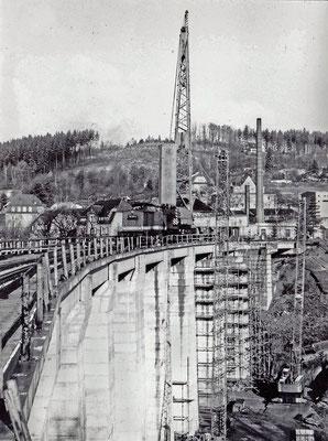Die Lücke ist fast geschlossen, Einfügen der letzten Beton-Fertigelemente in Richtung Sebnitz Bhf. Foto: Archiv Sven Kasperzek.