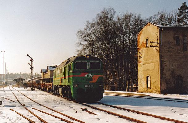 """Die """"Wumme"""", oder auch """"Taigatrommel"""". Während ihrer aktiven Zeit bei der Deutschen Reichsbahn war sie anfangs wegen des fehlenden Schalldämpfers bei der Bevölkerung wenig beliebt. Hier als ITL 120 006 mit Bauzug nach Neustadt."""