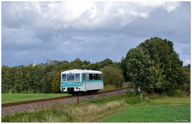Am 7. Oktober waren die OSEF unterwegs mit ihrer Ferkeltaxe zum Modellbahnhersteller Tillig nach Sebnitz. Auf der Strecke Neustadt - Pirna kommt 772 173-1 hier bei Helmsdorf durch die Kurve. Fotograf: Pierre Matthes