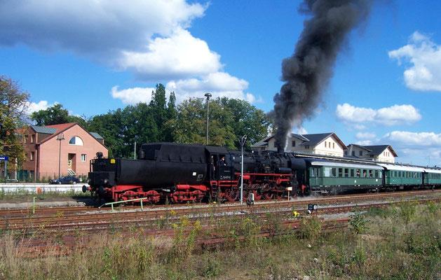 Im September 2004 kam die 52 8177-9 der Dampflokfreunde Berlin e.V. auf die Sebnitztalbahn. Hier hat sie Ausfahrt in Neustadt, September 2004
