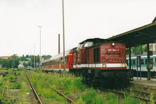 """Dann ist Schluss. Vorbei ist es mit der Eisenbahnromantik auf den Nebenstrecken. """"Letzter Planeinsatz der V100 auf der Sächsischen Semmeringbahn"""" hat Lokführer Axel Förster auf 202 844 geschrieben."""