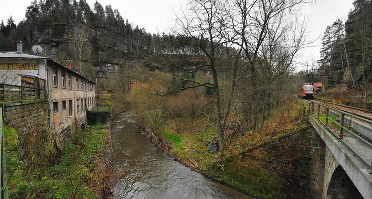 RB 17122 bei der Ausfahrt in Porschdorf. Das Panorama entstand auf Höhe der Ochelbaude. In Sebnitz und Goßdorf-Kohlmühle wurde die vorläufige Wiedereröffnung in den Bahnhöfen gefeiert. 13.11.10