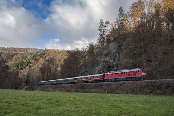 Adventsrundfahrt durch die Sächsische Schweiz der OSEF - mit einer BR 232! Das gab es zuvor nie, denn die Ludmilla hat fast 5 Tonnen zu viel auf den Achsen... Hier der Zug in Richtung Neustadt unterhalb des Goßdorfer Raubschlosses. 27.11.16