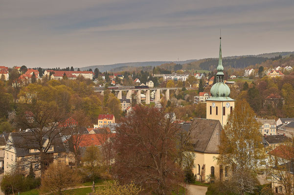 In Sebnitz schweift der Blick vorbei an der Peter-Pauls-Kirche zum Stadtviadukt. 50 3648 wird in wenigen Momenten den Bahnhof Sebnitz erreichen. Foto: Frank Zirnstein, 01.05.16