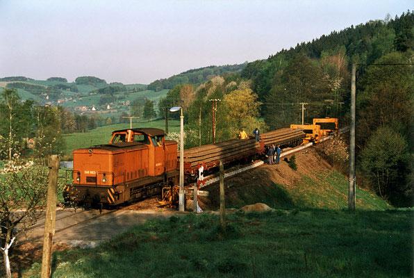 Erneuerung des Gleises zwischen Sebnitz und Krumhermsdorf, hier am Bahnübergang Nasser Weg, Mai 1992. Text & Foto: Archiv Axel Förster, digitale Aufbereitung: J. Vogel
