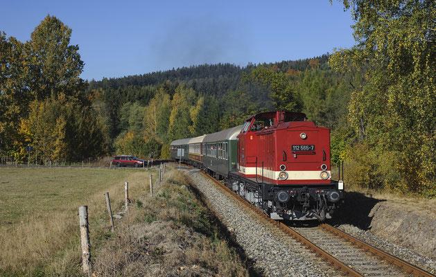 Der Sonderzug des IG Weißeritztalbahn e.V. mit 112 565 von Sebnitz nach Rumburk bei Vilémov, 13.10.18