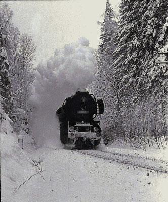 Frostig kalt war es im Januar 1987 als der Ng 65277 mit der Zittauer 52 8111 durch den Steinschacht vor Neukirch stampft. Foto: Lutz Morgenstern