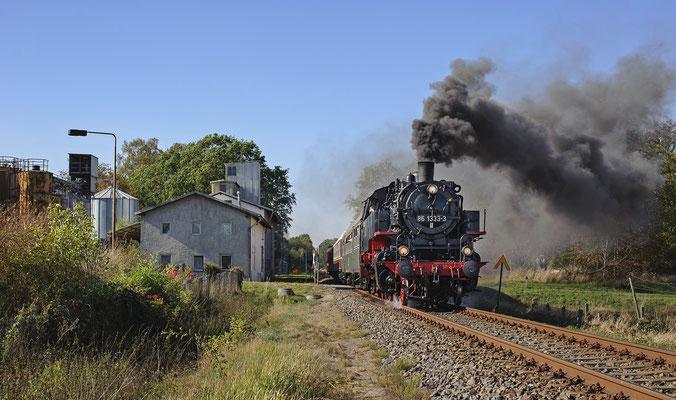 Schönstes Herbstwetter begleitete den Zug den ganzen Tag. 86 1333 am BÜ des Haltepunktes Stolpen, 13.10.18