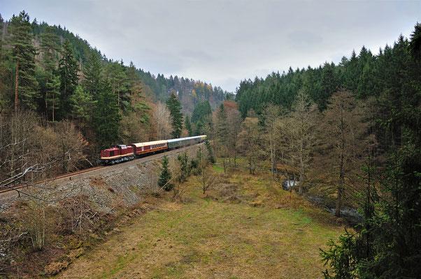 Genau ein Jahr später sind die OSEF wieder mit ihrem Adventszug im Sebnitztal unterwegs. Dieses mal ging es von Löbau über Rumburk und Dolni Poustévna über den im Sommer eröffneten Grenzübergang bei Sebnitz. Hier der Zug bei Mittelndorf. 30.11.14
