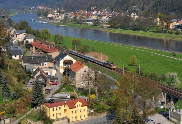 Als der Elbe-Labe Sprinter noch Lokbespannt fuhr... 371 005 auf dem Weg von Bad Schandau nach Decin, hier aufgenommen bei Krippen. April 2010.