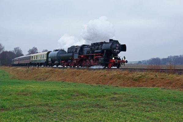 Nur eine Woche später kamen die OSEF erneut auf die Sebnitztalbahn, diesmal mit dem Nikolaus an Bord. 52 8080 befindet sich hier von Pirna kommend kurz hinter Langenwolmsdorf und wird in ca. 10min. in Neustadt eintreffen, 06.12.09