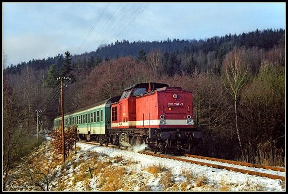 202 764 ist bei Sebnitz am 4. Januar 2001 mit ihrer Regionalbahn im beschaulichen Tempo unterwegs. Foto: Archiv Michael Sperl