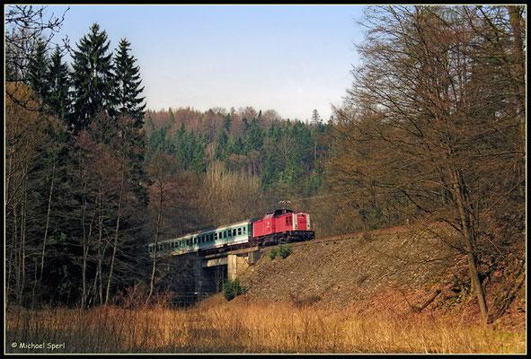Als am 1. April 2001 202 535 mit ihrer RegionalBahn durch das vorfrühlingshafte Sebnitztal bei Mittelndorf bergan brummt, waren die letzten Monate des V100-bespannten Verkehrs auf dieser idyllischen Strecke angebrochen. Foto: Archiv Michael Sperl