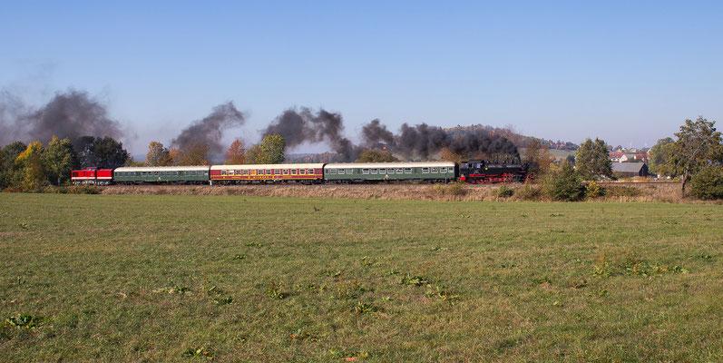 Ein weiteres Foto des Zuges bei Stolpen, am Schluss hängt 112 565. Beide Maschinen gehören der PRESS. Foto: Jürgen Vogel, 13.10.18