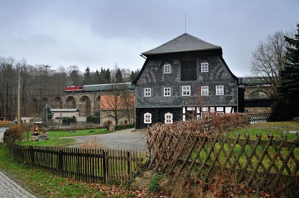 Von Ebersbach ging es nach Löbau, Zuglok nun 110 101. Hier auf dem Viadukt von Ebersbach, 07.12.14