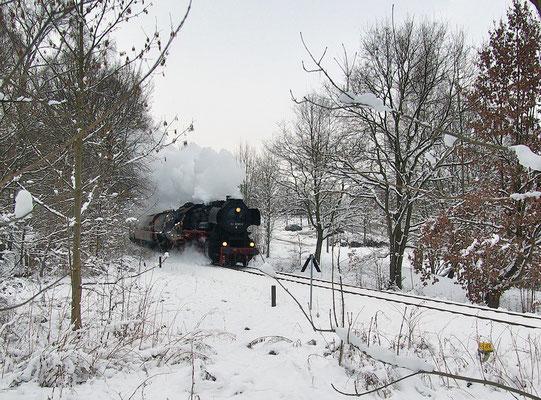Hier rollt die 52 8080 durch die letzte Kurve vor Neustadt. Nach einer kurzen Pause wurde die Fahrtrichtung geändert und 112-331 war nun Zuglok. Foto: Nadine Steyer, 28.11.10