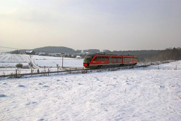 Wintereinbruch mit Sibirischer Kälte auf der Sebnitztalbahn. Bei Krumhermsdorf bringt RB 17118 ein bisschen Farbe in das kalte Weiß, 18.12.09