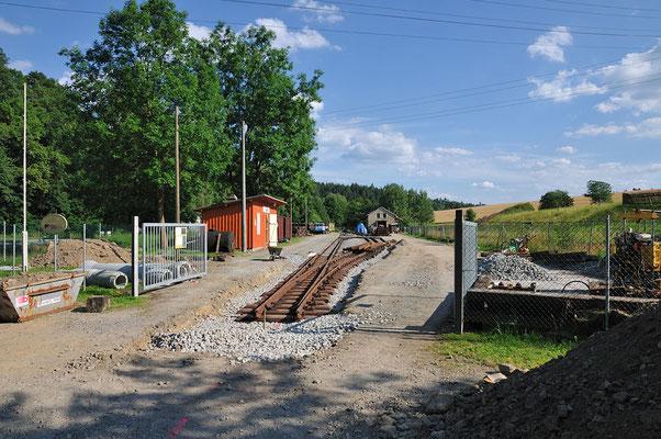 In Lohsdorf wird derzeit wieder ordentlich gewerkelt! Der Bau der Straßenquerung und des Ausziehgleises Richtung Hohnstein steht an. Die neue Weiche wurde bereits eingebaut. 16.07.11
