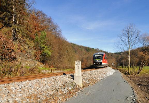 Kilometer 58,0 oberhalb von Kohlmühle nach der Reparatur - fast so als wäre nie etwas gewesen. RB 17118 von Neustadt passiert die Stelle hier im besten Herbstlicht, 14.11.10
