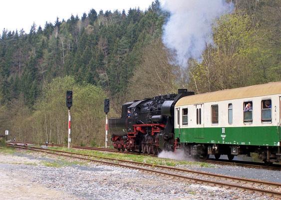 528080-5 hat Ausfahrt frei in Ulbersdorf Richtung Bad Schandau, April 2005