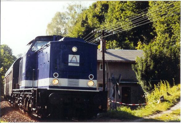 """Sonderzug Bad Schandau-Sebnitz mit V100 der AHG, hier """"Am Horn"""" bei Hainersdorf. Juli 2004, Foto: Archiv Robert Schleusener"""