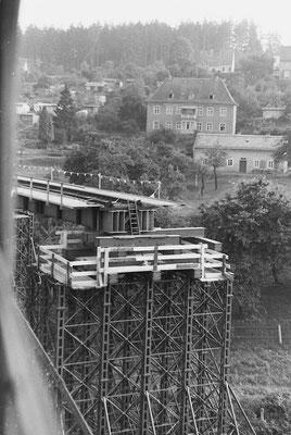 Blick auf die Behelfsbrückenkonstruktion aus dem vorbeifahrenden Zug, 1984.