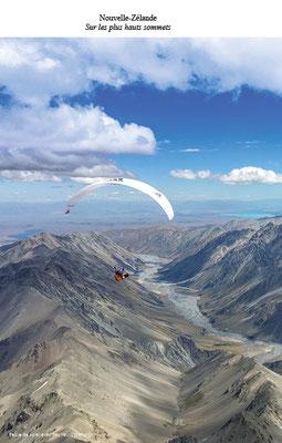 Un parapente en vol dans un paysage splendide