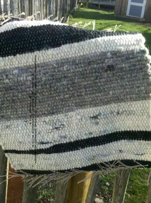 handgewebte Sitzauflagen aus Krainer Wolle, gescheckt und schwarz in Kombination mit weißer Wolle vom Walliser Schwarznasenschaf