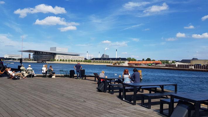 Ufer des Royal Danish Playhouse mit Blick auf die königliche Oper
