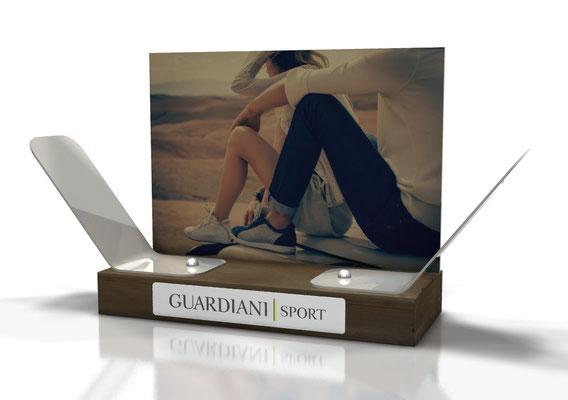 Progetto GUARDIANI Sport espositore da banco in legno e metallo