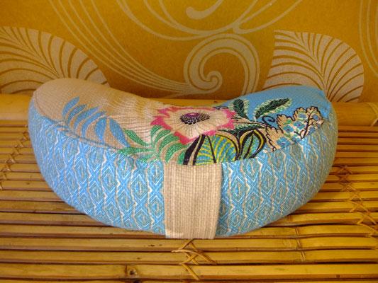 Halbmond mit Griff, Meditationskissen, Yogakissen, blau, 54 euro, Sitzkultur, Kissen zum Küssen