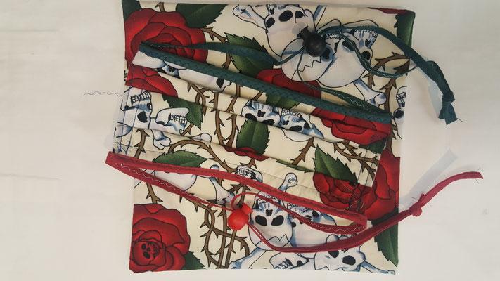 Maske: Motiv, Rosen mit Schädel