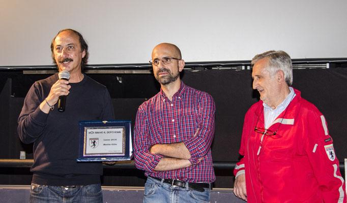 Consegna della targa di Leone 2016 a Mattia Gilio (qui suo padre in delega) con Andrea Freddo ed il consigliere Franco Cedriano