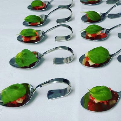 Amuse bouche mit Pecorina, Basilikum und Erdbeerschnüren