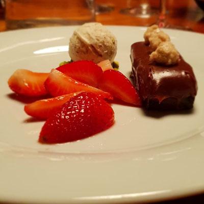 Schokotörtchen mit marinierten Erdbeeren und Szechuanpfeffer-Eis