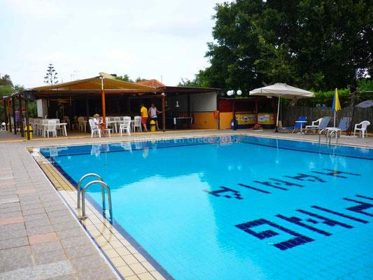Le camping possède une jolie piscine.