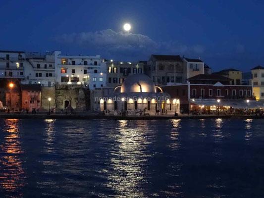 Haniá, la lune veille sur l'ancienne mosquée transformée en lieu d'expositions.