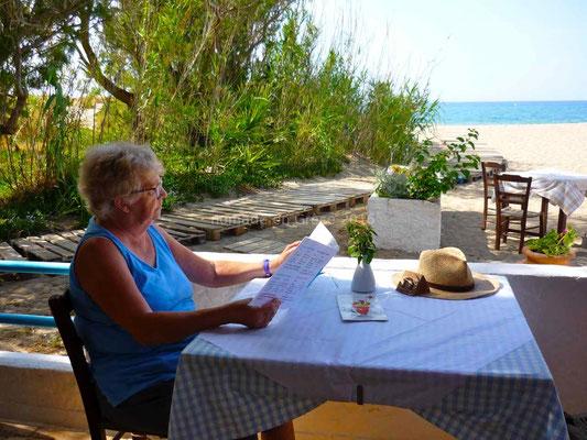 La taverne est au bord de la plage