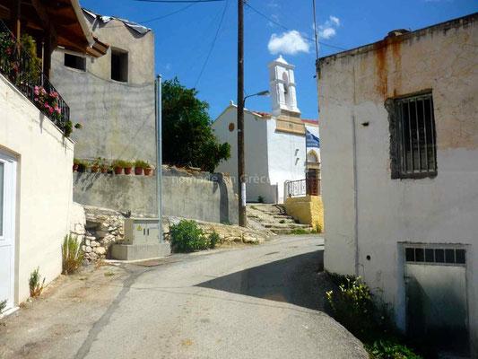La traversée des villages se fait souvent par une rue étroite.