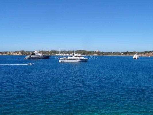 Le long de la côte quelques beaux yachts naviguent.