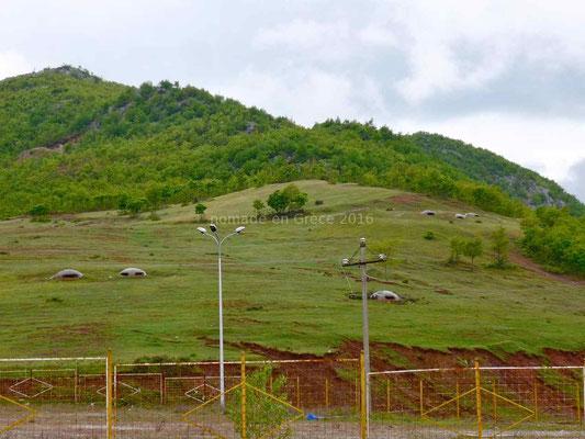Tout au long de la frontière les fortins albanais surveillent vainement.