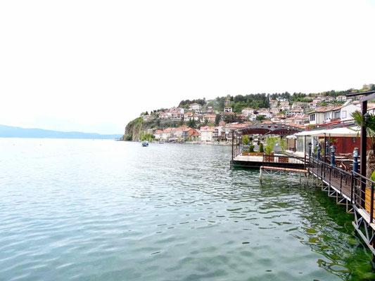 Les terrasses des restaurants sont sur pilotis au-dessus du lac.
