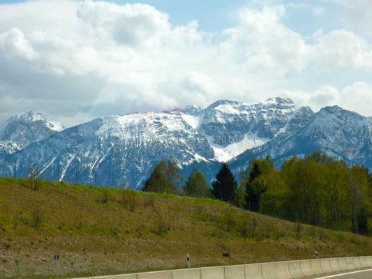 Il y a encore beaucoup de neige sur les sommets.