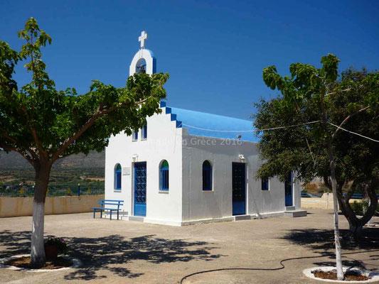 Une petite chapelle blanche et bleue attire notre regard