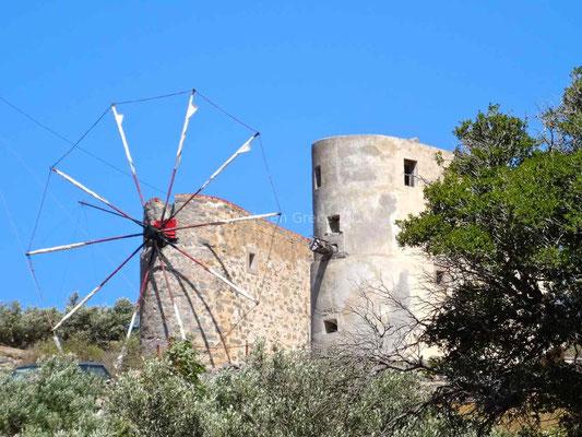 Un moulin peut-être encore en activité et un autre sans ailes