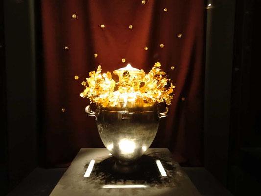 Urne funéraire en argent surmontée d'une couronne en or