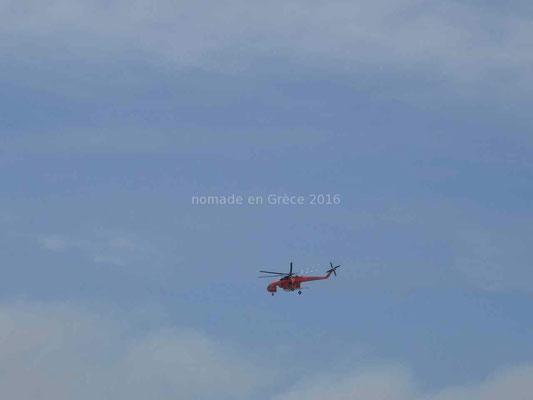 Un hélicoptère bombardier d'eau.