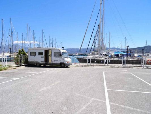 A Agios Nikolaos, notre parking est très près du port